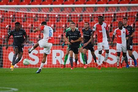 Prags Alexander Bah (2.v.l./5) erzielt das Tor zum 1:0 gegen die Berliner Gäste. Foto: Robert Michael/dpa-Zentralbild/dpa