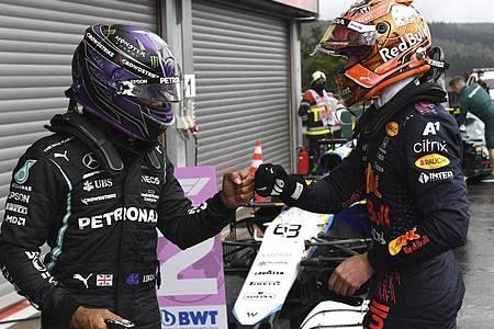 Max Verstappen (r) und Lewis Hamilton liefern sich einen spannenden Kampf um die Gesamtwertung. Foto: John Thys/Pool AFP/AP/dpa