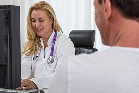 Die Krankschreibung sendet die Arztpraxis künftig digital zur Krankenkasse. Beim Arbeitgeber müssen Beschäftigte den gelben Schein vorerst weiterhin vorlegen. Foto: Christin Klose/dpa-tmn