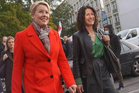 SPD-Spitzenkandidatin Franziska Giffey (l.) und Bettina Jarasch von Bündnis 90/Die Grünen treffen sich zu Sondierungsgesprächen im Kurt-Schumacher-Haus. Foto: Jörg Carstensen/dpa