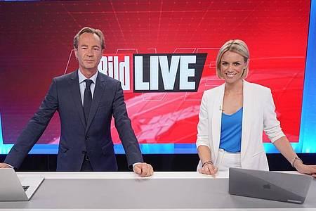 Thomas Kausch und Sandra Kuhn, Moderatoren «Bild Live», stehen im Studio des TV-Senders «Bild». Der neue TV-Sender «Bild» des Medienkonzerns Axel Springer ist nun auf Sendung. Foto: Jörg Carstensen/dpa
