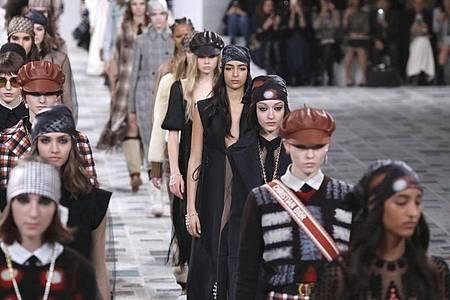 Models präsentieren die Herbst/Winter Damenkollektion 2020/21 von Dior. Foto: Vianney Le Caer/Invision/AP/dpa