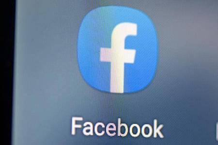 Auf dem Bildschirm eines Smartphones sieht man das Logo der App Facebook. Foto: Fabian Sommer/dpa