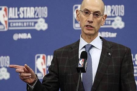 Kann derzeit keine Aussage zur Länge der Zwangskpause in der NBA machen: Adam Silver. Foto: Gerry Broome/AP/dpa