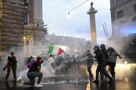 Eine Demonstration gegen den «Grünen Pass» ist in Rom eskaliert. Foto: Mauro Scrobogna/LaPresse/AP/dpa