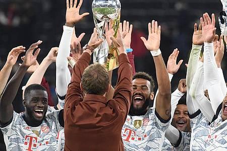 Julian Nagelsmann (M.) feiert mit den Spielern des FC Bayern München den Supercup-Gewinn. Foto: Bernd Thissen/dpa