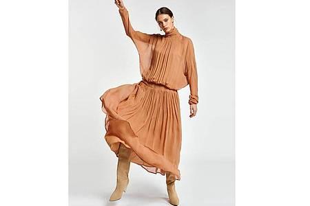 Weite, fließende Stoffe machen den Oversized-Look aus. Und eine enge Stelle zur Betonung der Figur - wie zum Beispiel dieses Kleid von Essentiel Antwerp verdeutlicht (265 Euro). Foto: Essentiel Antwerp/dpa-tmn