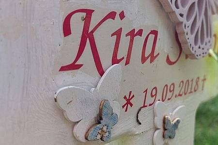 Kiras Grabstein auf dem Friedhof - Geburts- und Sterbedatum fallen auf einen Tag. Foto: Loreen Simon/ZDF/dpa