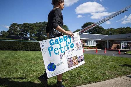 Eine Frau trägt während der Trauerfeier am 26. September ein Plakat zu Ehren Petitos. Foto: Eduardo Munoz Avarez/AP/dpa