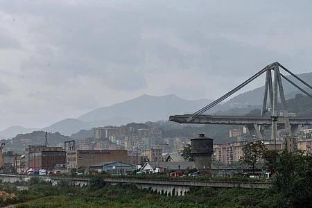 Ein Blick auf die eingestürzte Morandi Autobahnbrücke in Genua. 43 Menschen kamen bei dem Unglück am 14. August 2018 ums Leben. Foto: Simone Arveda/ANSA/dpa