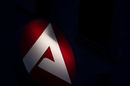 Das Logo der Bundesagentur für Arbeit leuchtet. Foto: Sebastian Gollnow/dpa