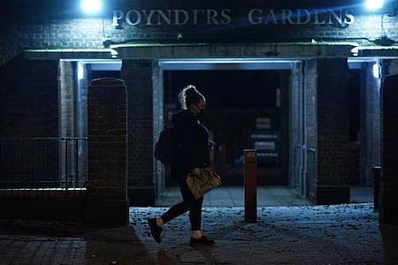 Eine Frau läuft nach Einbruch der Dunkelheit allein durch Südlondon. Die jüngsten Verhaltensempfehlungen der Londoner Polizei für Frauen als Reaktion auf den Mord an Sarah Everard stoßen auf scharfe Kritik. Foto: Yui Mok/PA Wire/dpa