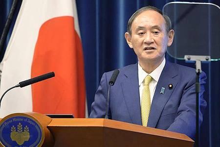 Yoshihide Suga spricht auf einer Pressekonferenz. Japans scheidender Ministerpräsident hat sein Kabinett aufgelöst und damit den Weg für die Wahl Fumio Kishidas zum Nachfolger freigemacht. Foto: -/kyodo/dpa