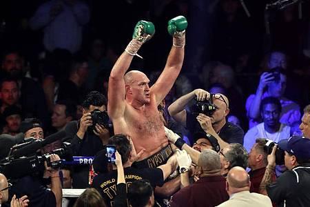 Tyson Fury feiert seinen Titelgewinn. Foto: Bradley Collyer/PA Wire/dpa
