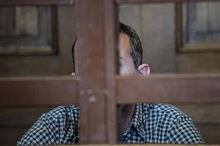 Der Angeklagte vor Beginn der Verhandlung im Gerichtssaal. Foto: Paul Zinken/dpa
