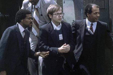 US-Marshalls eskortieren John Hinckley Jr., als er am 8. August 1981 per Hubschrauber zu einem Marinestützpunkt in Quantico zurückkehrt. (Archivbild). Foto: Barry Thumma/AP/dpa