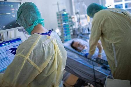 Der Inzidenzwert und die Zahl der Corona-Neuinfektionen sowie Todesfälle steigen leicht an. Foto: Jens Büttner/dpa-Zentralbild/dpa