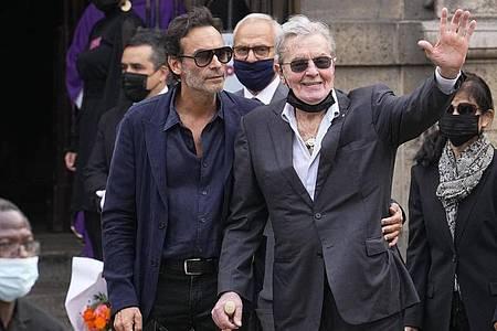 Alain Delon (r), Schauspieler aus Frankreich, und sein Sohn Anthony Delon (l) kommen in der Kirche Saint Germain des Près. Foto: Michel Euler/AP/dpa