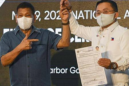 Rodrigo Duterte will künftig seinen langjährigen Berater Christopher Go unterstützen, der gerade seine Kandidatur für das Amt des Vizepräsidenten eingereicht hat. Foto: Lisa Marie David/POOL REUTERS/AP/dpa