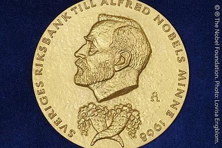 Die goldene Medaille, die mit dem Wirtschafts-Nobelpreis vergeben wird. Foto: Lovisa Engblom/The Nobel Foundation/dpa