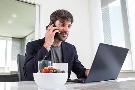Wenn sich der Headhunter im Karrierenetzwerk meldet, sollten potenzielle Bewerber das als Chance begreifen. Regelmäßig winkt dabei nicht nur ein Gehaltssprung. Foto: Christin Klose/dpa-tmn