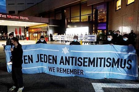 Nach Antisemitismus-Vorwürfen versammelten sich Menschen vor dem «Westin Hotel» Leipzig, um Solidarität mit dem Musiker Gil Ofarim und Jüdinnen und Juden in Deutschland zu zeigen. Foto: Dirk Knofe/dpa