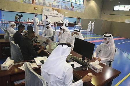 Ein Wahllokal in Doha. Foto: Hussein Sayed/AP/dpa