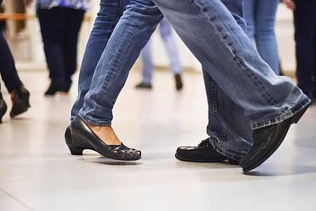 Schwingt das Tanzbein! Mit Blick auf die Rückengesundheit ist Tanzen praktisch immer zu empfehlen. Foto: Angelika Warmuth/dpa/dpa-tmn