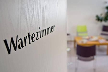 Wenig sitzen, zügig drankommen: Die Zufriedenheit von Patienten in Deutschland ist gestiegen. Foto: Daniel Karmann/dpa/dpa-tmn