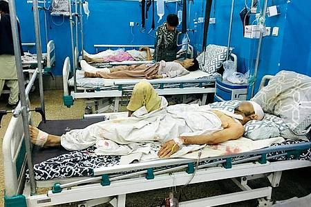 Verwundete liegen nach Anschlägen auf den Flughafen in Kabul in einem Krankenhaus. Foto: Mohammad Asif Khan/AP/dpa