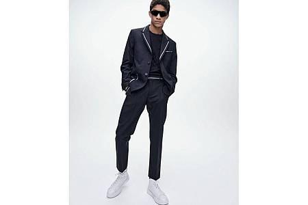 Lässiger wirkt die neue Anzugmode nach eineinhalb Jahren Pandemie - hier ein Beispiel von Karl Lagerfeld (Sakko 445 Euro, Hose 245 Euro, Pullover 195 Euro, Schuhe 199 Euro). Foto: Karl Lagerfeld/dpa-tmn