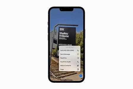 Warum abtippen? Text kann das iPhone mit der Funktion Livetext nun auch aus dem Live-Kamerabild auslesen und intelligent weiterverarbeiten. Foto: Apple Inc./dpa-tmn