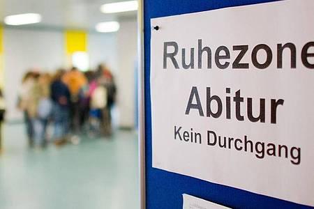 Eine Absage der Abiturprüfungen wird es nun möglicherweise in Schleswig-Holsten doch nicht geben. Foto: Julian Stratenschulte/dpa