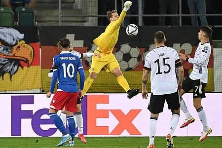 Liechtensteins Torhüter Benjamin Büchel (M.) rettete in den ersten 45 Minuten mehrfach. Foto: Sven Hoppe/dpa