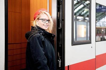 Auch in den Zügen ist Sarah Thieme für die Fahrgäste da: Die 20-Jährige ist im zweiten Jahr ihrer Ausbildung zur Kauffrau für Verkehrsservice. Foto: Zacharie Scheurer/dpa-tmn