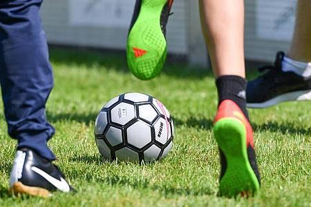 Fußball ist unter dem Aspekt Rückengesundheit nicht uneingeschränkt ratsam - wer Vorschädigungen an der Wirbelsäule hat, sollte aufpassen. Foto: Uwe Anspach/dpa/dpa-tmn
