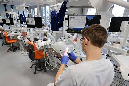 Ein Student der Zahnmedizin an der Universität Leipzig übt an einem «Phantompatienten». Neben der fachlichen Zahnheilkunde soll hier in Zukunft auch Angst-Mangement gelehrt werden. Foto: Jan Woitas/dpa-Zentralbild/dpa/Archiv