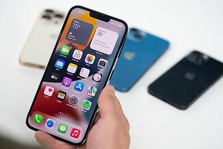 Das iPhone 13 Pro Max hat nun einen Bildschirm mit bis zu 120 Hertz maximaler Bildwiederholrate. Foto: Franziska Gabbert/dpa-tmn