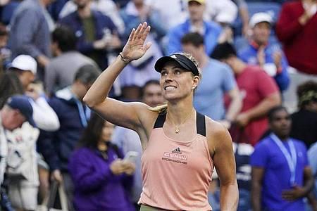 Angelique Kerber winkt nach ihrem Sieg den Fans zu. Foto: Elise Amendola/AP/dpa
