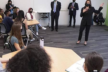 Kamala Harris (r) bei ihrem Besuch an der George Mason University im Bundesstaat Virginia. Die US-Vizepräsidentin ist wegen ihrer Reaktion auf die Äußerungen einer Studentin zu Israel unter Druck geraten. Foto: Jacquelyn Martin/AP/dpa