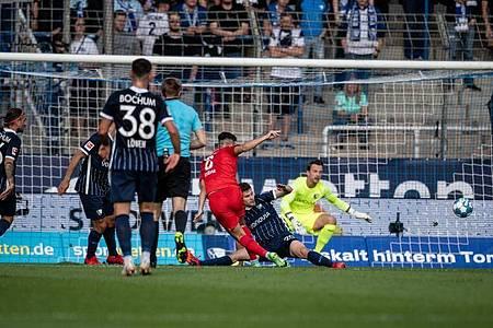 Suat Serdar (M) trifft beim 1:3-Auswärtserfolg von Hertha BSCbeim VfL Bochum doppelt - hier erzielt er das 0:1. Foto: Fabian Strauch/dpa