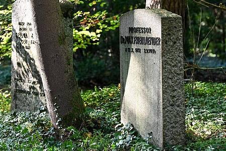 Das Grab von Max Friedlaender (r), ein Musikwissenschaftler jüdischen Glaubens auf dem Südwestkirchhof Stahnsdorf. Foto: Jens Kalaene/dpa-Zentralbild/dpa