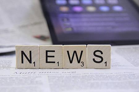 Das Wort News aus Scrabble Buchstaben geschrieben