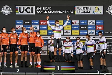 Tony Martin (M) holte zum Abschluss seiner erfolgreichen Radsport-Karriere noch einmal Gold bei der WM. Foto: David Stockman/BELGA/dpa