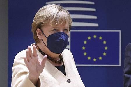 Bundeskanzlerin Angela Merkel (CDU) winkt bei ihrer Ankunft zu einem Gipfel der EU-Staats- und Regierungschefs. Foto: Yves Herman/Pool Reuters/AP/dpa