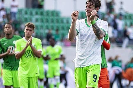 Torjäger Wout Weghorst (r) reist mit Wolfsburg als ungeschlagener Bundesliga-Tabellenführer nach Lille. Foto: Tom Weller/dpa