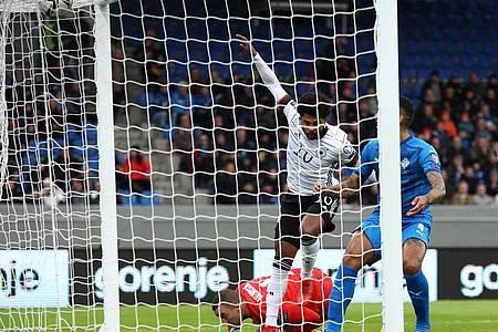 Serge Gnabry (M) trifft zum 1:0 für Deutschland. Foto: Christian Charisius/dpa