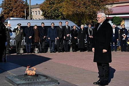 Bundespräsident Frank-Walter Steinmeier steht beim Denkmal für zivile Opfer der deutschen Massaker. Foto: Britta Pedersen/dpa-Zentralbild/dpa