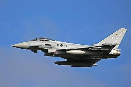 Ein Eurofighter des Taktischen Luftwaffengeschwarder 31 fliegt eine Übung. Foto: Oliver Berg/dpa