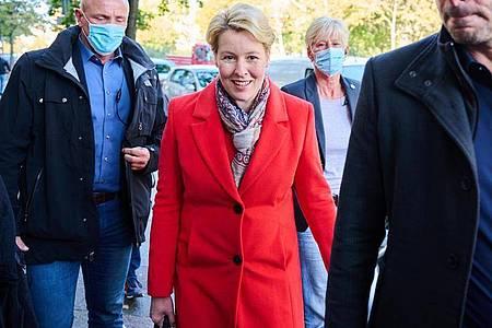 Franziska Giffey auf dem Weg in das Kurt-Schumacher-Haus, dem Sitz des Berliner SPD-Landesverbandes. Foto: Annette Riedl/dpa